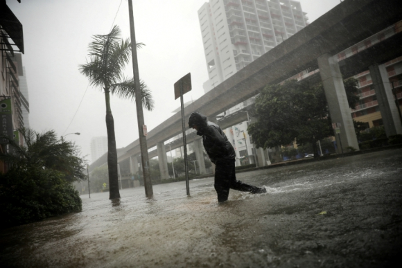 El agua que trajo el huracán tapó las calles de Miami. Foto: Reuters