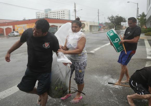 El agua que trajo el huracán tapó las calles de Miami. Foto: AFP