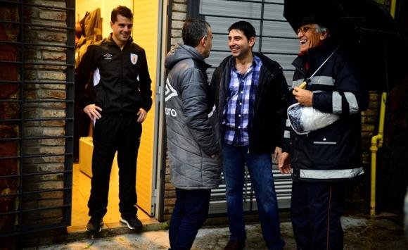 Andrés Cunha, tras suspender el partido del Saroldi, en charla con el presidente de River, Willie Tucci. Foto: Gerardo Pérez