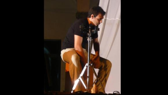Facundo Ponce de León tocando percusión. Foto: Facundo Ponce de León