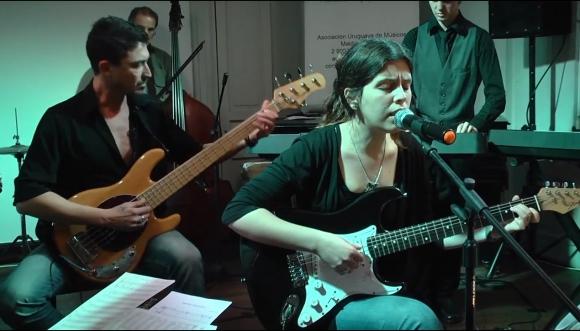 Kairo Herrera probando sus habilidades como bajista. Foto: @KairoHerrera