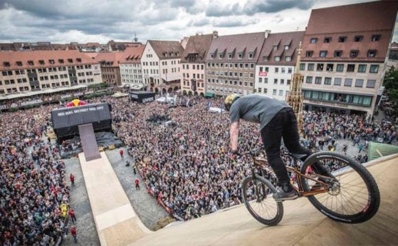 Nicholi Rogatkin sigue haciendo trucos maravillosos con su bicicleta