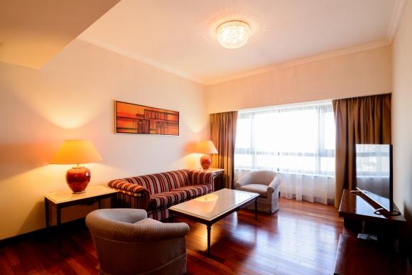 Radisson. La habitación superior tiene un living independiente del espacio del dormitorio. (Foto: Gentileza Radisson Montevideo)