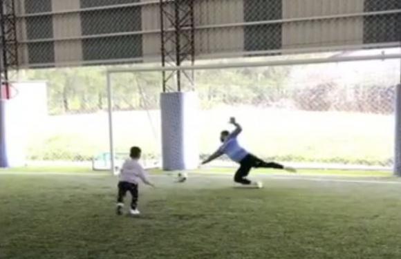 Luis Suárez jugando con su hijo Benjamín en el Complejo. Foto: captura