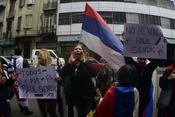 Militantes que apoyan a Sendic se manifiestan en la calle Colonia. Foto: Fernando Ponzetto