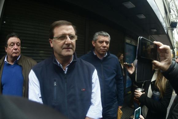 Senador Leonardo de León llega al Plenario del FA. Foto: Fernando Ponzetto