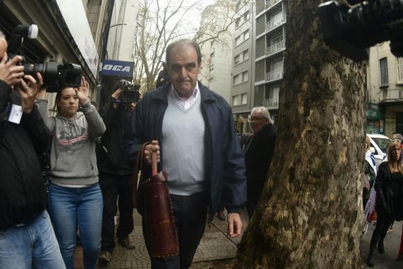 Óscar de los Santos llega al Plenario del FA. Foto: Fernando Ponzetto