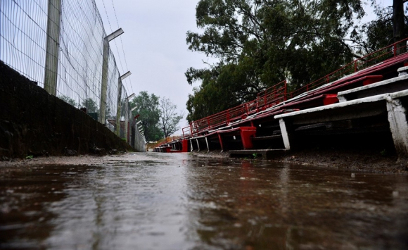 Las tribunas del Saroldi acusaban las lluvias. Foto: Gerardo Pérez