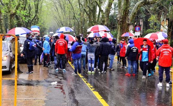 El público de Nacional en su retirada del Parque Saroldi. Foto: Gerardo Pérez