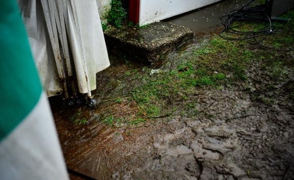 Los costados de la cancha del Saroldi era donde más guardaba barro. Foto: Gerardo Pérez