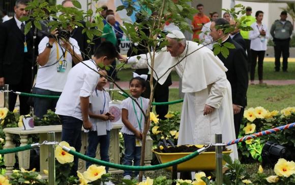 Francisco participa en un acto con niños, con los que conversó. Foto: Reuters
