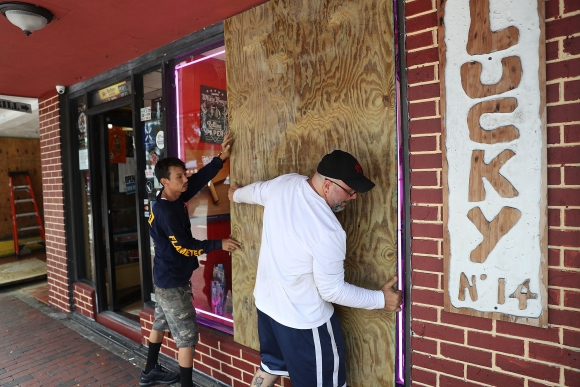 Antes de evacuar, los habitantes en Miami dejan ventanas tapiadas. Foto: AFP