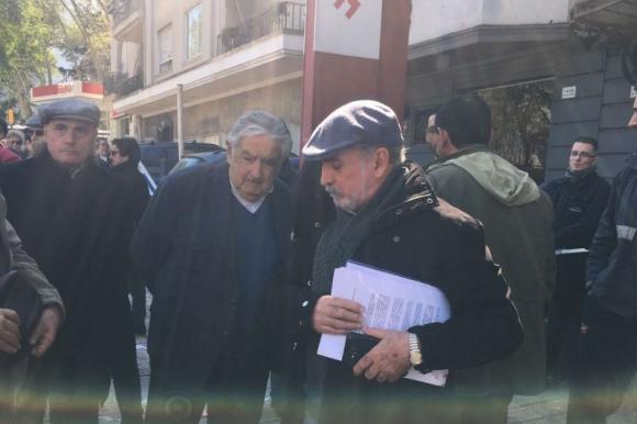 El senador José Mujica y Mario Carrero, miembro del sindicato del gas. Foto: Camila Beltrán.