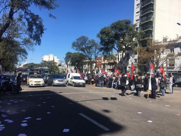Sindicato del Gas frente a la Embajada de Brasil. Foto: El País