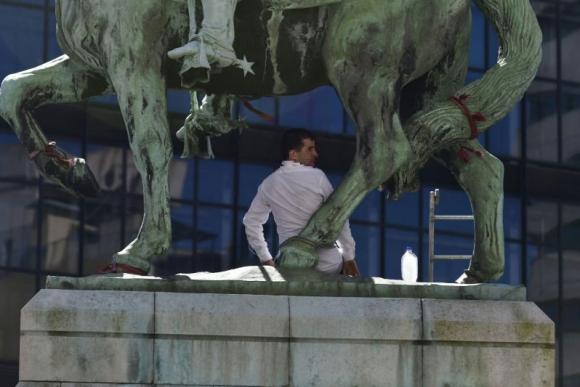 Operativo por un hombre que se ató al monumento al Gaucho. Foto: Fernando Ponzetto.