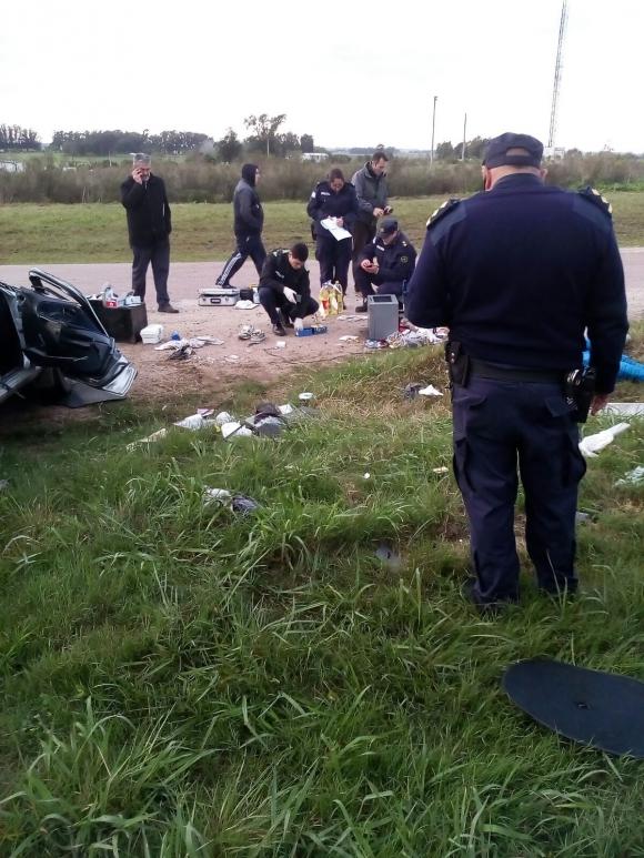 Policías trabajan en el lugar del accidente