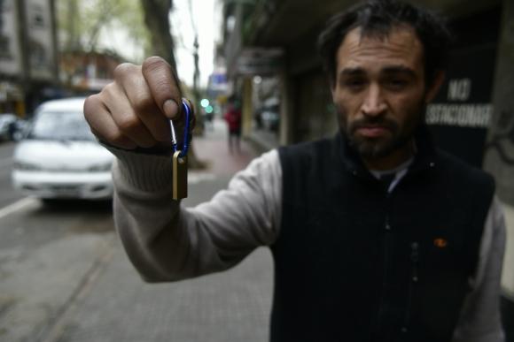 """El ciudacoches, apodado """"Chino"""", halló un pendrive en la calle pero no era de la iniciativa. Foto: F. Ponzetto"""