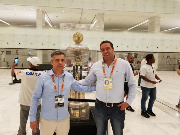 Ignacio Ruglio junto a Lucio Blanco, el intendente del Arena Corinthians
