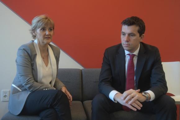 La gerente de Santander Universidades,  María de la Paz Goldaracena, y el director comercial del banco, Esteban Gherardi.