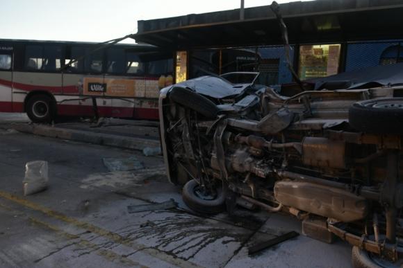 El conductor del vehículo liviano fue internado con heridas graves. Foto: Fernando Ponzetto