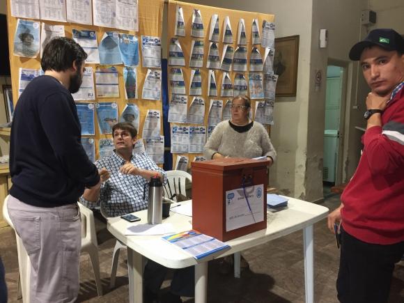 Jóvenes blancos votan autoridades. Foto: Néstor Araújo