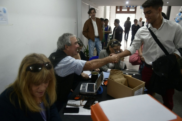 Jóvenes blancos votan autoridades en Montevideo. Foto: Fernando Ponzetto