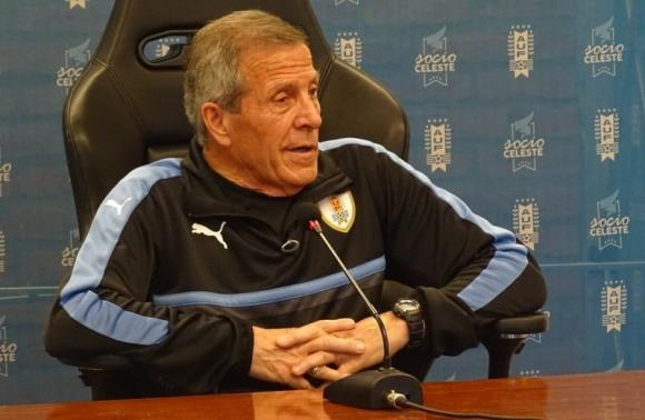 Óscar Tabárez en conferencia de prensa. Foto: @Uruguay