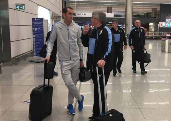 Diego Godín y Celso Otero en el arribo al aeropuerto de Carrasco. Foto: @Uruguay