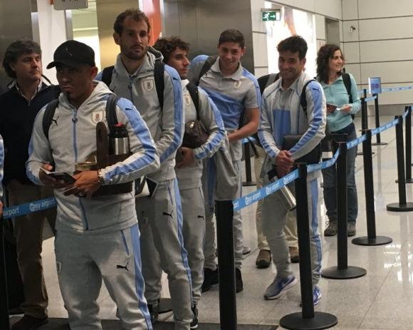 Arévalo Ríos, Stuani, Corujo, Valverde y Lodeiro en migración del aeropuerto. Foto: @Uruguay