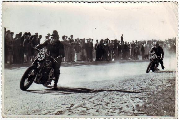 Todo terreno. Las carreras de motos también convocaban. Foto: Archivo El País.
