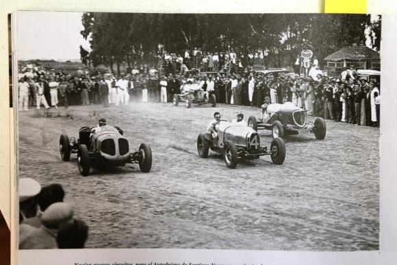 Vértigo. Bólidos en carrera en el Autódromo Nacional. Foto: Archivo El País.