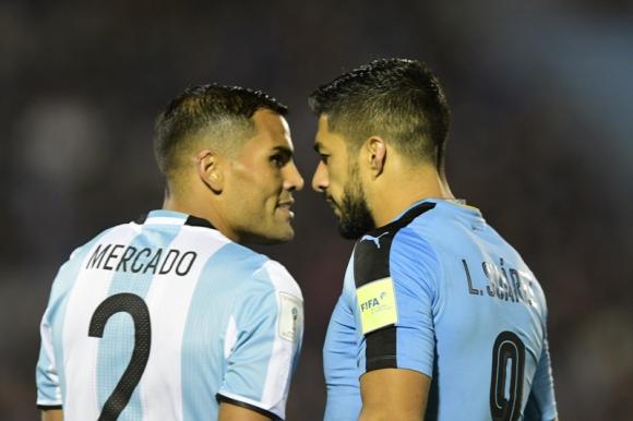 Luis Suárez y Gabriel Mercado se miraron para intimidarse. Foto: Fernando Ponzetto