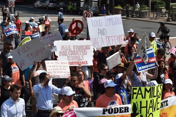 Jóvenes protestan por la decisión de Trump de acabar con el programa DACA. Foto: AFP