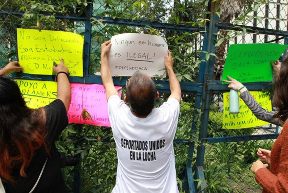 Jóvenes protestan por la decisión de Trump de acabar con el programa DACA. Foto: EFE
