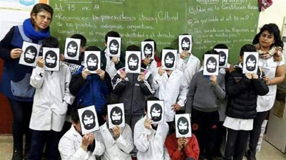 Docentes y alumnos de una escuela argentina con fotos de Maldonado. Foto: @puraciudad