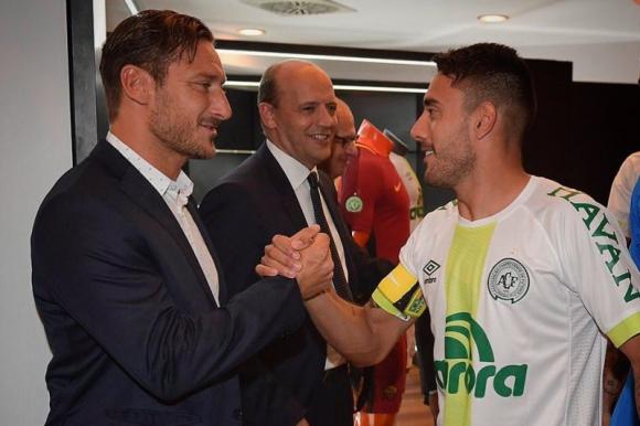 Francesco Totti saluda a Alan Ruschel, capitán de Chapecoense. Foto: @ASRoma