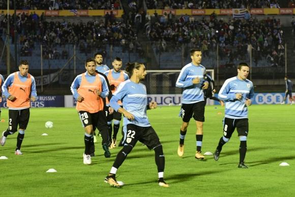 El calentamiento celeste en el campo de juego previo al choque ante Argentina. Foto: Marcelo Bonjour