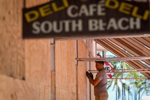 En las costas de florida ponen tableros y maderas en las puertas de sus casas y comercios ante la llegada del huracán Irma. Foto: Reuters