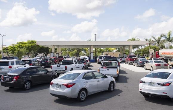 Las estaciones de servicio se llenan ante la llegada del huracán Irma en las costas de Florida. Foto: AFP