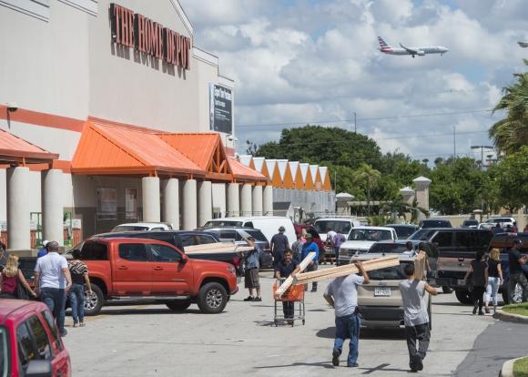 En las costas de Florida la gente se abastece y se prepara para la llegada del huiracán Irma. Foto: AFP