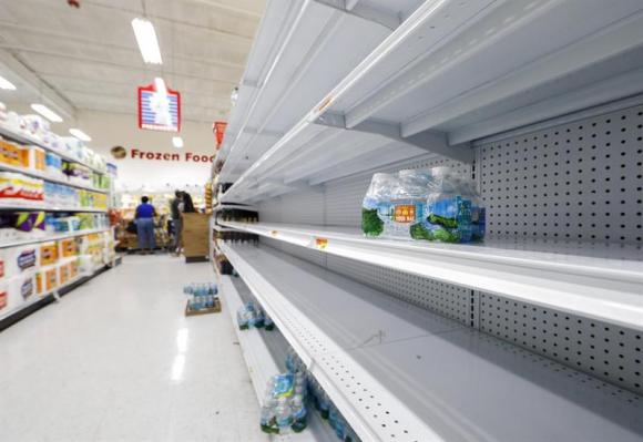 En las costas de Florida la gente se abastece y se prepara para la llegada del huiracán Irma. Foto: EFE