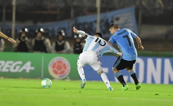 Cristian Rodríguez cortó un contragolpe de Argentina de la mano de Lionel Messi. Foto: Nicolás Pereyra