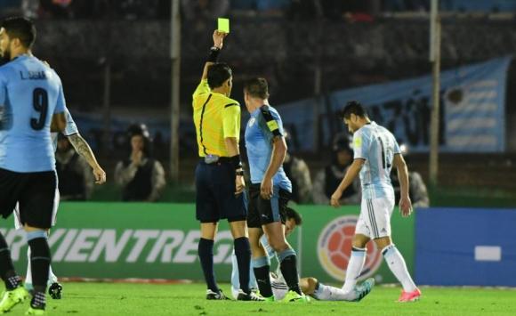 Cristian Rodríguez cortó un contragolpe de Argentina de la mano de Lionel Messi. Foto: Marcelo Bonjour.