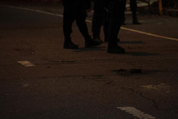 Manifestantes radicales tiraron bombas de pintura contra embajada de Argentina. Foto: Gabriel Rodríguez