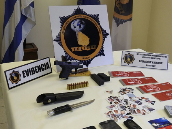 Elementos incautados en allanamientos en propiedades que eran del mafioso. Foto: Unicom