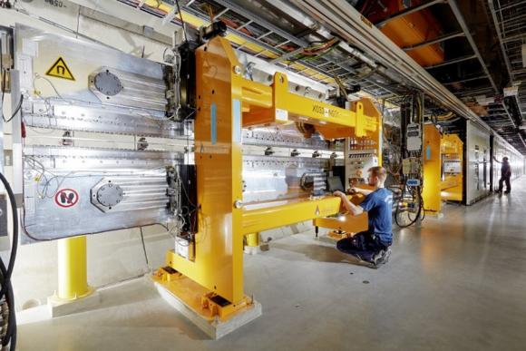 Avance: un técnico trabaja en la parte de instalación del XFEL. Foto: AFP