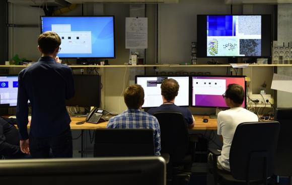 Personal trabaja en la central de monitoreo en la sede de Hamburgo. Foto. AFP