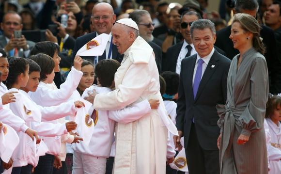 El Papa fue recibido por Santos y un niño cuando su madre estaba secuestrada por las FARC. Foto: Reuters