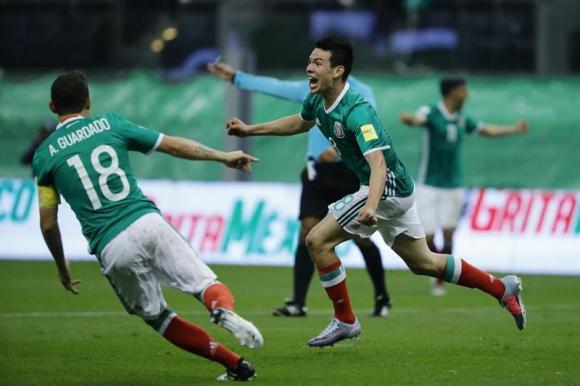 El festejo de Hirving Lozano que anotó el único tanto del partido. Foto: EFE