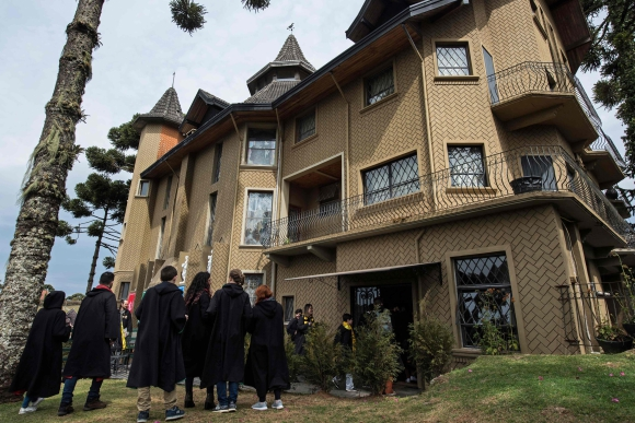 Durante cuatro días los participantes tienen la oportunidad de vivir en el mundo de Harry Potter. Foto: AFP